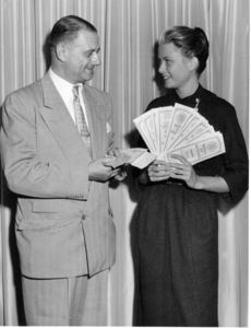 Grace Kelly holds $100,000 in state of Israel Development Bonds, 9/24/54.**I.V. - Image 0724_0289