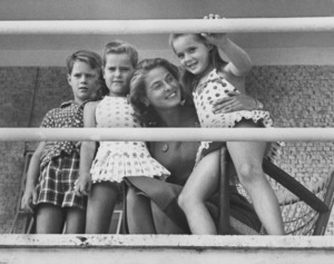 Ingrid BergmanWith children Isotta, Robertino and Isabella in Italy1959 - Image 0726_1036