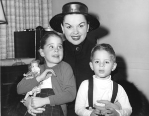 Judy Garland and children Lorna and Joey Luft leaving for Europe on the S.S. United States10/1957** I.V. - Image 0733_2200