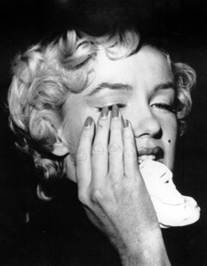 Marilyn Monroe on the day of the divorce announcement to Joe DiMaggio, October 6, 1954. - Image 0758_0486