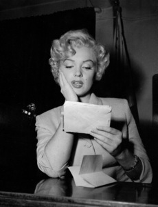 Marilyn Monroe appears in courton June 25, 1952 to deny that she eversent out letters soliciting sales of pornographicpictures of herself. **I.V. - Image 0758_0925