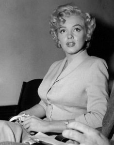 Marilyn Monroe appears in courton June 25, 1952 to deny that she eversent out letters soliciting sales of pornographicpictures of herself. **I.V. - Image 0758_0927