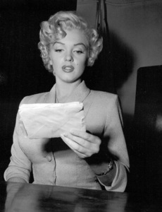 Marilyn Monroe appears in courton June 25, 1952 to deny that she eversent out letters soliciting sales of pornographicpictures of herself. **I.V. - Image 0758_0930