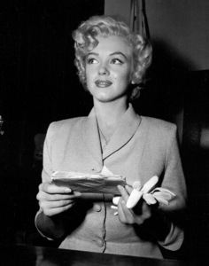 Marilyn Monroe appears in courton June 25, 1952 to deny that she eversent out letters soliciting sales of pornographicpictures of herself. **I.V. - Image 0758_0931