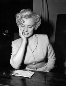 Marilyn Monroe appears in courton June 25, 1952 to deny that she eversent out letters soliciting sales of pornographicpictures of herself. **I.V. - Image 0758_0932