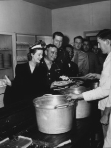 Loretta Young boosting morale at an Army baseC. 1944Photo By: Bill DudasMPTV - Image 0759_0132