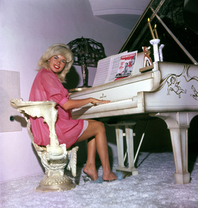 Jayne Mansfield at home in Beverly Hills1961 © 1978 Bud Gray - Image 0774_0058