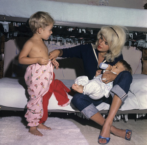 Jayne Mansfield with son, Mickey Hargitay Jr., and Zoltan at home in Beverly Hills1961 © 1978 Bud Gray - Image 0774_0073