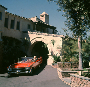 Jayne Mansfield in the driveway of her Beverly Hills home in her 1959 Cadillac with her son, Mickey Hargitay Jr.1961 © 1978 Bud Gray - Image 0774_0531
