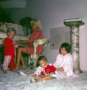 Jayne Mansfield at home with her children Mickey Hargitay Jr., Jayne Marie and Zoltan 1961 © 1978 Bud Gray - Image 0774_0591