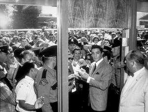 Elvis Presley signs autographsfor his fans1961 - Image 0818_0060