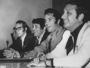 Elvis Presley, Bones Howe (Dir.), Steve Binder (Prod.), Bob Finkel (Prod.) meets with the press, 1968. - Image 0818_0432