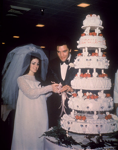 Elvis Presley cuts wedding cake with his bride, the former Priscilla Ann Beaulieu in Las Vegas, May 26, 1967. - Image 0818_0479