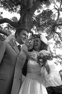 Tony Curtis and Leslie Allen at their wedding1968 © 1978 Gunther - Image 0845_0591