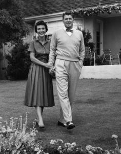 Ronald Reagan with wife Nancy Reagan at home1955© 1978 Gabi Rona - Image 0871_0640