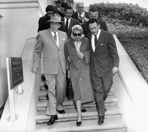 Lana Turner and Jerry Giesler at the Johnny Stompanato murder trial 1958 ** I.V. - Image 0954_0701