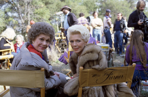 """Lana Turner and Jane Wyman during an episode of """"Falcon Crest""""1982© 1982 Gunther - Image 0954_0727"""