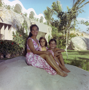 """Merle Oberon and her family at their home """"El Galal"""" in Acapulco, Mexico1968© 1978 Wallace Seawell - Image 0957_1029"""