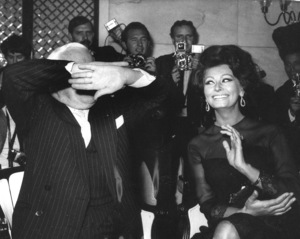 Sophia Loren with Charlie Chaplinduring a press conference in London, 1965. - Image 0959_2082