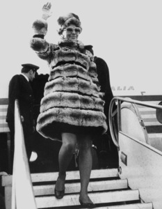 Sophia Loren arriving in Rome afterthe birth of her son, 1969. - Image 0959_2100