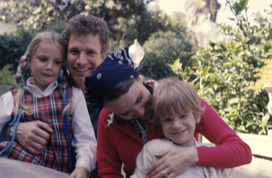Wayne Rogers at home with his wife, Mitzi McWhorter, and their two children, Bill and Lauracirca 1970s© 1978 Roy Cummings - Image 10652_0011