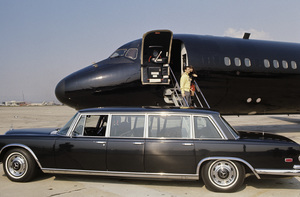 Hugh Hefner with Barbi Benton about to board his private Playboy jet1970© 1978 Gunther - Image 10869_0006