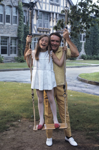 Mike Douglas at home with his daughter1968 © 1978 Gunther - Image 11125_0008