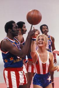 Harlem Globetrotterswith Goldie Hawn1978 © 1978 Gunther - Image 11557_0002