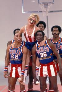 Harlem Globetrotterswith Goldie Hawn1978 © 1978 Gunther - Image 11557_0006