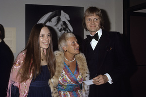 Jon Voight with his mother and Marcheline Bertrand1976© 1978 Gary Lewis - Image 11589_0012