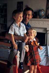 Ken Berry with his kids John Kenneth and Jennifer Kate1968 © 1978 Gene Trindl - Image 11793_0001