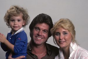 Larry Manetti with his wife Nancy and son Lorenzo1983 © 1983 Gunther - Image 12036_0015