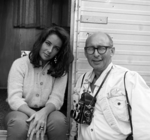 """Photographer Bernie Abramson with Elizabeth Taylor during the making of """"The Sandpiper""""1965 © 1978 Bernie Abramson - Image 12367_0003"""