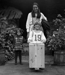Kehly Sloane, Linda Gray and Jeff Thrasher, on his 6th birthday1970© 1978 Ed Thrasher - Image 12605_0010
