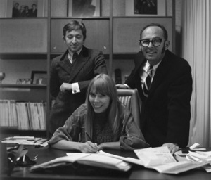Joni Mitchell at contract signing with Warner Brothers record executive Mo Ostin standing over her left shoulder and Elliot Roberts over her right1967 © 1978 Ed Thrasher - Image 12614_0036