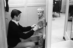 Dennis Cole with his five-year-old son Joey at a department store1966 © 1978 Gene Trindl - Image 13260_0001