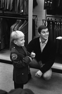 Dennis Cole with his five-year-old son Joey at a department store1966 © 1978 Gene Trindl - Image 13260_0006
