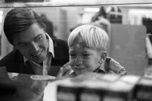 Dennis Cole with his five-year-old son Joey at a department store1966 © 1978 Gene Trindl - Image 13260_0007