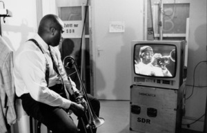 "Wycliffe Gordon backstage at the ""Jazz Gipfel"" concert, Stuttgart, Germany, 1992.(Wynton Marsalis on TV) © 1978 Bob Willoughby / MPTV - Image 13366_10"