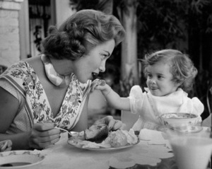 Linda Christian with daughter Taryn at home, 1955. © 1978 Sid Avery - Image 13998_0002