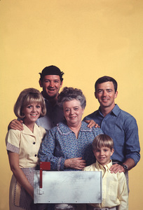 """Mayberry R.F.D.""Arlene Golonka, George Lindsey, Frances Bavier, Ken Berry, Buddy Foster1968 © 1978 Gene Trindl - Image 14342_0006"