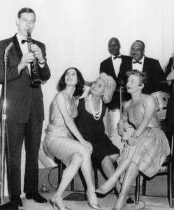 "Sybil Burton (2nd from right) passed up the New York premiere of ""Cleopatra"" 6/12 starring her husband, Richard, to go nightclubbing in Chicago.  She brushed off questions about her husband and co-star Elizabeth Taylor.  Also shown are clarinetist Bill Reinhardt and dancers Georgina Parkinson and Gerd Larsen06-12-1963 - Image 16007_0003"