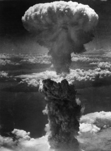 Smoke billows 20,000 feet above Nagasaki, Japan, after second atomic bomb attack1945 - Image 16069_0007