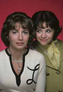 """""""Laverne & Shirley""""Penny Marshall, Cindy Williams1975** H.L. - Image 1641_0077"""