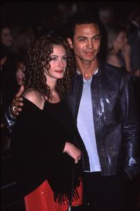 """""""Erin Brockovich"""" Premiere,Julia Roberts with Benjamin Bratt.3/14/00. © 2000 Glenn Weiner - Image 16472_0007"""