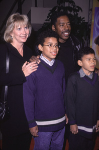 "Ernie Hudson, wife Linda, kids Ross & Andrew""Joseph: King Of Dreams"" Premiere, 10/30/00. © 2000 Glenn Weiner - Image 17278_0003"