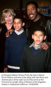 "Ernie Hudson, wife Linda, son Ross & Andrew""Joseph: King Of Dreams"" Premiere, 10/30/00. © 2000 Glenn Weiner - Image 17278_0103"