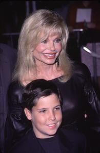 "Loni Anderson, son Quinton""How The Grinch Stole Christmas"" Premiere, 11/8/00. © 2000 Scott Weiner - Image 17300_0033"