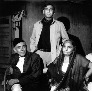 Ismail Merchant with two indian actors1974Copyright John Swope Trust / MPTV - Image 17305_0001