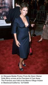 """Halle Berry""""Cast Away"""" Premiere, 12/7/00. © 2000 Glenn Weiner - Image 17345_0104"""
